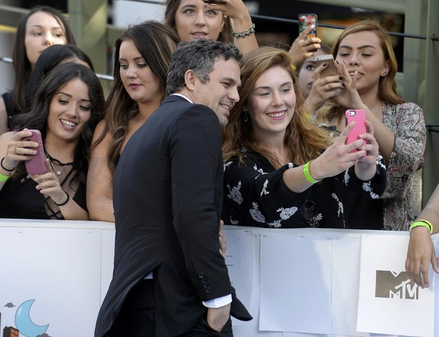 Actor Mark Ruffalo poses with a fan as he arrives at the 2015 MTV Movie Awards in Los Angeles, California April 12, 2015. (Photo by Phil McCarten/Reuters)