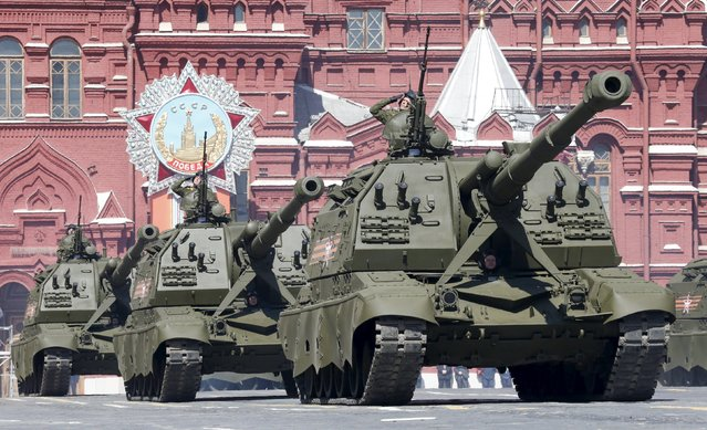Russian servicemen operate MSTA-S self-propelled howitzers during a rehearsal for the Victory Day parade in Red Square in central Moscow, Russia, May 7, 2015. (Photo by Grigory Dukor/Reuters)