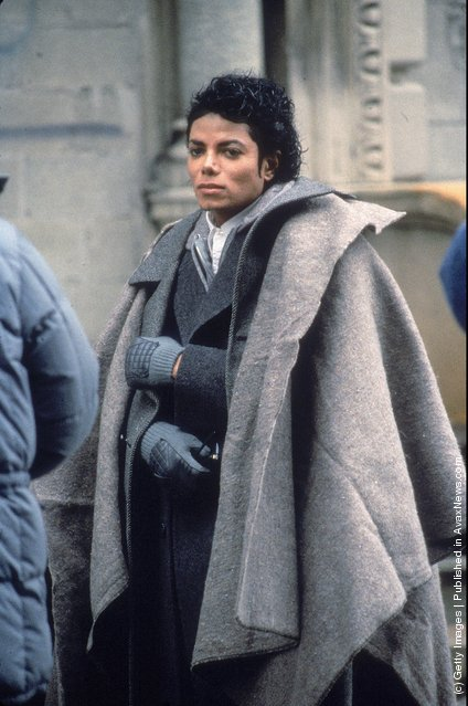 Popular American musician Michael Jackson (1958 - 2009) stands with a blanket over his shoulders during a break in the filming of the long-form music video for his song 'Bad,' directed by Martin Scorsese, New York, New York, November 1986