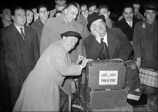 American comedian Oliver Hardy (R) and Stan Laurel shown in a photo dated 13 April 1950 arriving at the Saint-Lazare train station in Paris. (Photo credit should read STF/AFP/Getty Images)