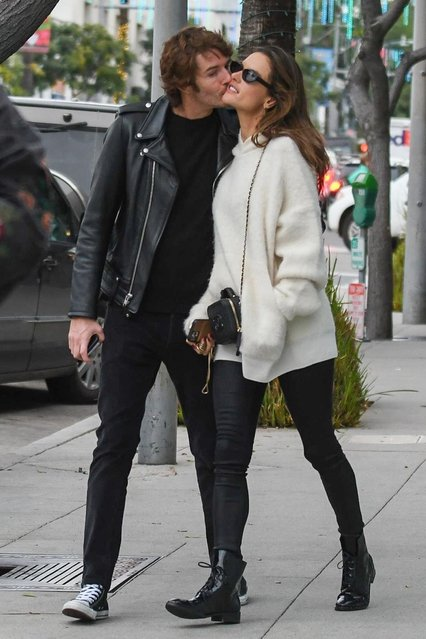 Alessandra Ambrosio shares a kiss with boyfriend Nicolo Oddi after some shopping and lunch with a friend at Il Pastaio in Beverly Hills, CA. on December 23, 2019. Alesandra dons a pair of black boots with an oversized sweater for their outing. (Photo by Backgrid USA)