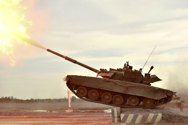 "A Russian tank takes part in a military show during the military exhibition ""Oboronexpo-2014"" in Zhukovsky outside Moscow, on August 17, 2014. (Photo by Kirill Kudryavtsev/AFP Photo)"