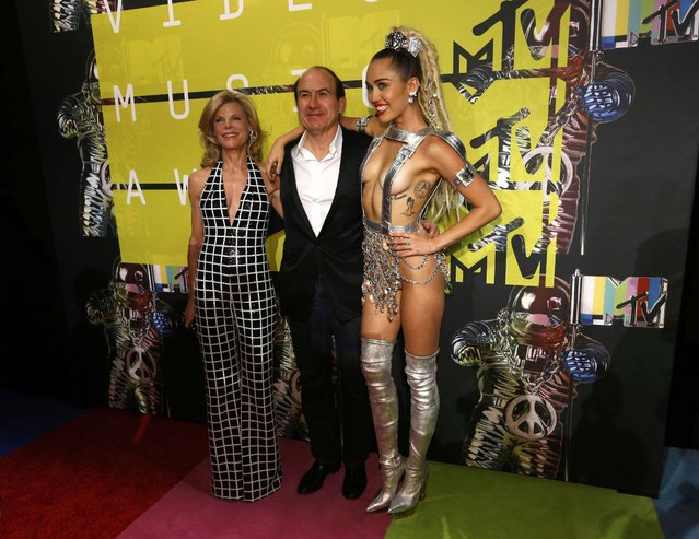 Show host Miley Cyrus (R) poses with Philippe Dauman,  President and CEO of Viacom, and his wife Deborah at the 2015 MTV Video Music Awards in Los Angeles, California August 30, 2015. (Photo by Mario Anzuoni/Reuters)
