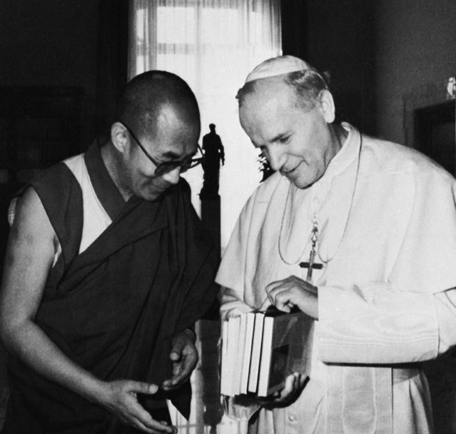 Pope John Paul II and the Dalai Lama the exiled Tibetan Buddhist leader, exchange gifts during their meeting in a private audience at the Vatican City in Rome on Tuesday, September 28, 1982. (Photo by AP Photo)