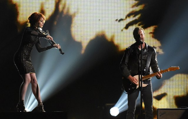 "Lindsey Stirling and Dierks Bentley perform ""Riser"" at the 49th Annual Country Music Association Awards in Nashville, Tennessee November 4, 2015. (Photo by Harrison McClary/Reuters)"