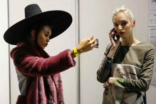 Models wait backstage during Ukrainian Fashion Week in Kiev, Ukraine, October 13, 2016. (Photo by Valentyn Ogirenko/Reuters)