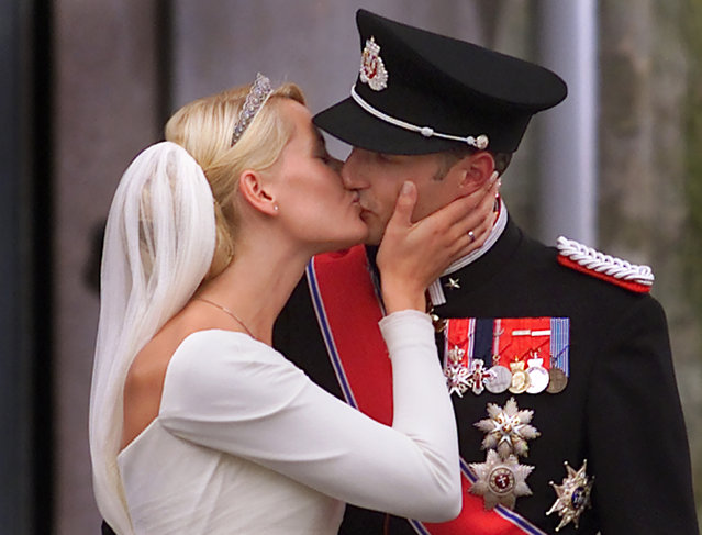 Norway's Crown Prince Haakon kisses his wife Crown Princess Mette-Marit outside the Oslo Cathedral after their wedding ceremony, August 25, 2001. (Photo by Christian Charisius/Reuters)