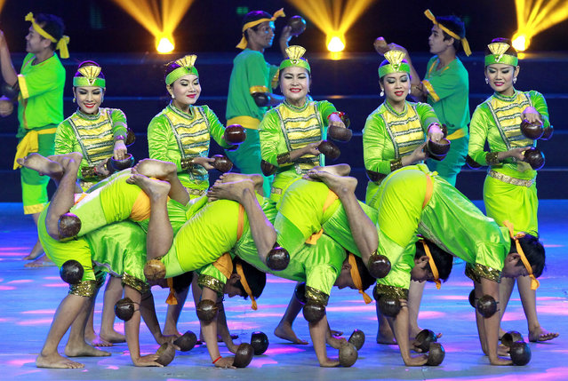 Cambodian dancers perform during an artistic performance in Phnom Penh, Cambodia, 10 February 2015. (Photo by Mak Remissa/EPA)