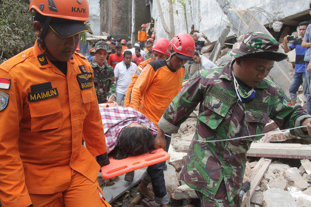 Indonesian rescue workers carry a survivor from a fallen building after an earthquake in Ulee Glee, Pidie Jaya, in the northern province of Aceh, Indonesia December 7, 2016. (Photo by Reuters/Antara Foto/Ampelsa)