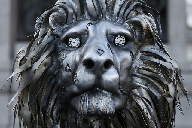 A lion sculpture installed by National Geographic Wild to highlight the threat to endangered big cats, stands in Trafalgar Square in London, Britain January 28, 2016. National Geographic installed the sculpture alongside Trafalgar Square's famous lion statues to promote it's week of programming on big cats. (Photo by Stefan Wermuth/Reuters)