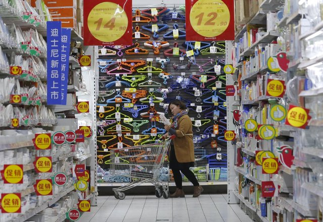 A customer pushes a shopping cart at Sun Art Retail Group's Auchan hypermarket store in Beijing, China, in this November 9, 2015 file photo. Sun Art Retail is expected to report results this week. (Photo by Kim Kyung-Hoon/Reuters)