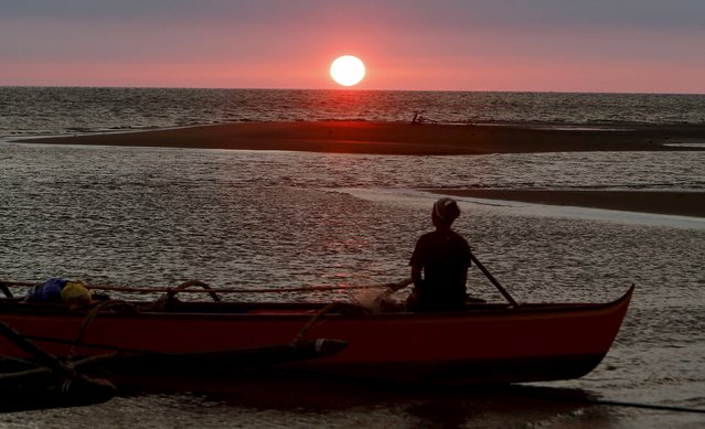 A fisherman watches sunset in the  South China Sea, about 130 nautical miles from Scarborough Shoal in the coastal town of Masinloc, Zambales in northern Philippines April 21, 2015. (Photo by Erik De Castro/Reuters)