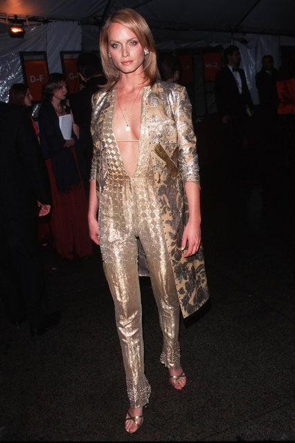 """The Metropolitan Museum Of Art Costume Institute Gala Celebrating The Exhibition """"Rock Style"""" NYC 12/6/99. Pictured model Amber Valletta. (Photo By Evan Agostini/Getty Images)"""