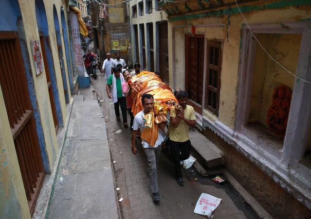 A body is carried through a street to the banks of the river Ganges in Varanasi, in the northern Indian state of Uttar Pradesh, June 18, 2014. (Photo by Danish Siddiqui/Reuters)