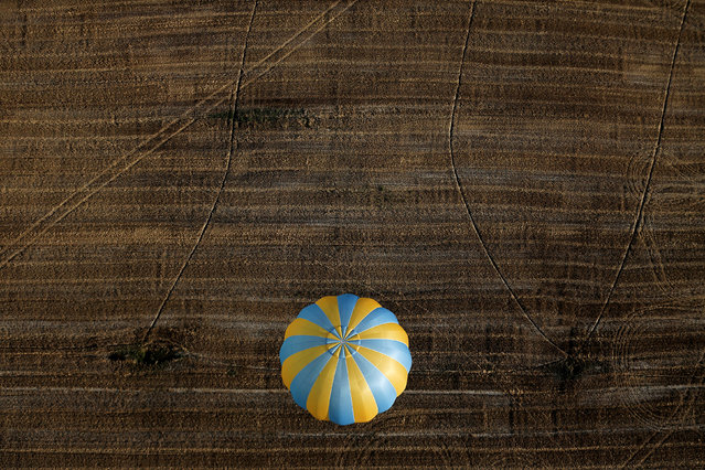 A hot air balloon flies during a hot air ballooning event in Todi, Italy, July 29, 2017. (Photo by Alessandro Bianchi/Reuters)