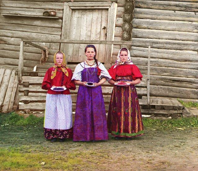 Photos by Sergey Prokudin-Gorsky. Peasant girls. Russia, Novgorod province, county Kirillov, 1909