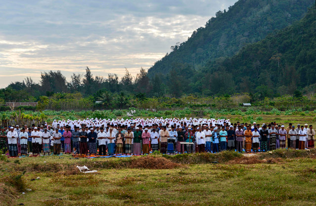 Indonesian Muslim farmers pray for rain in Pekan Bada, near Banda Aceh on January 23, 2020. The special Muslim prayers known as Salat al-Istisqa – are frequently held across the Middle East, where water is a precious resource. (Photo by Chaideer Mahyuddin/AFP Photo)
