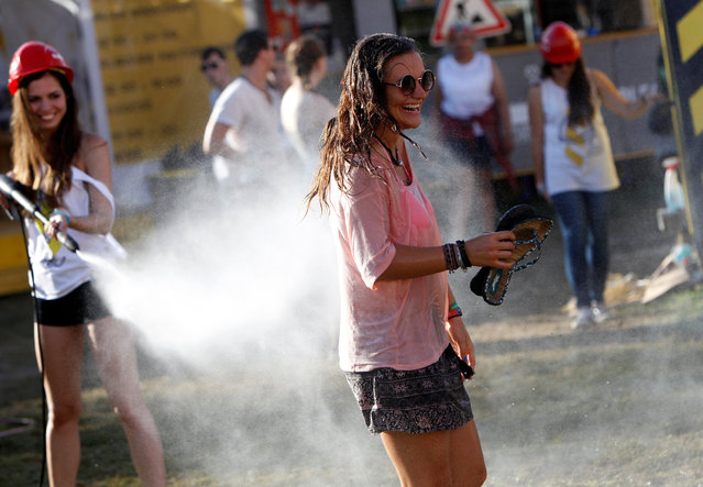 A festivalgoer cools herself during Sziget music festival on an island in the Danube River in Budapest, Hungary, August 14, 2016. (Photo by Bernadett Szabo/Reuters)