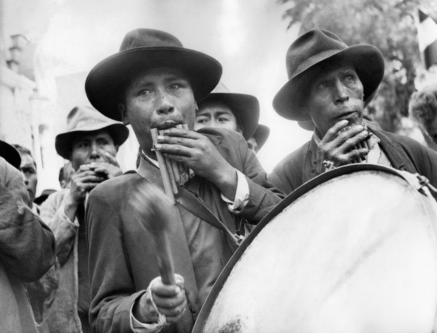 Bolivian musiciens playing Siku welcome French president General Charles de Gaulle, on September 28, 1964 in Cochabamba during his official visit in Bolivia. Charles de Gaulle travelled through South America from September 21st to October 16th, 1964. (Photo by AP Photo)