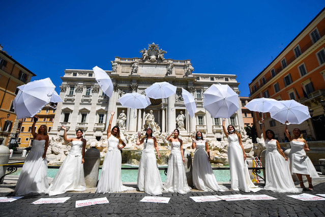 Brides wearing their wedding dress hold a flashmob protest against the postponement of their marriages due to the strict protocol of all religious ceremonies within the coronavirus pandemic, on June 7, 2020 by the Trevi fountain in Rome, as the country eases its lockdown aimed at curbing the spread of the COVID-19 infection, caused by the novel coronavirus. (Photo by Tiziana Fabi/AFP Photo)