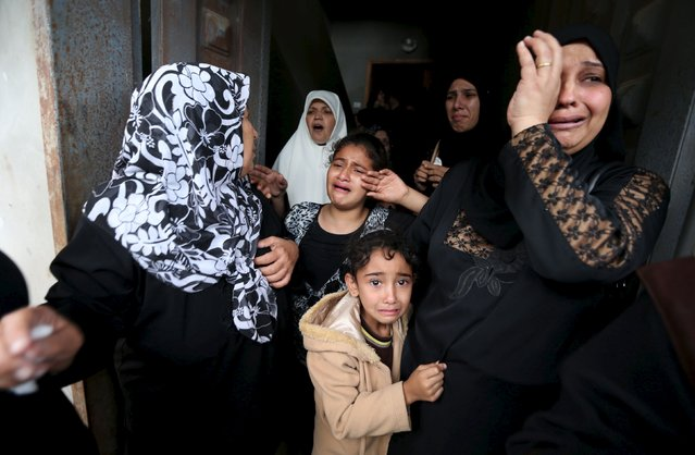 """Relatives of Palestinian Khalil Obeid, 25, who died on Saturday from a wound he sustained during clashes with the Israeli troops, mourn during his funeral in Khan Younis in the southern Gaza Strip October 25, 2015. Palestinian officials reacted warily on Sunday to what U.S. Secretary of State John Kerry hailed as Jordan's """"excellent suggestion"""" to calm Israeli-Palestinian violence by putting a sensitive Jerusalem holy site under constant video monitoring. (Photo by Ibraheem Abu Mustafa/Reuters)"""