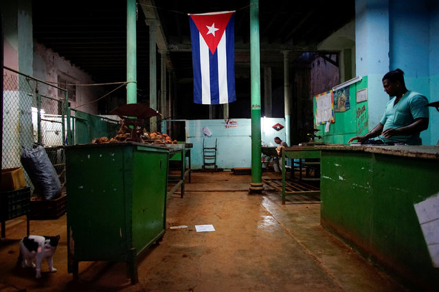 """A Cuban flag decorates a subsidised state store, or """"bodega"""", where Cubans can buy basic products with a ration book they receive annually from the government, in downtown Havana, Cuba November 22, 2017. (Photo by Alexandre Meneghini/Reuters)"""
