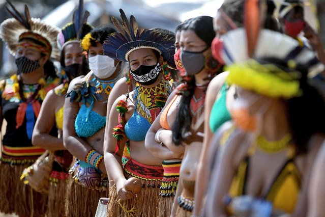 Indigenous women from the Pataxo tribe are seen during a demonstration for the demarcation of indigenous land in Brasilia, on September 8, 2021. The Supreme Federal Court of Brazil (STF) resumes this Wednesday a trial that could put in check hundreds of indigenous lands pending demarcation in the country. (Photo by Carl de Souza/AFP Photo)