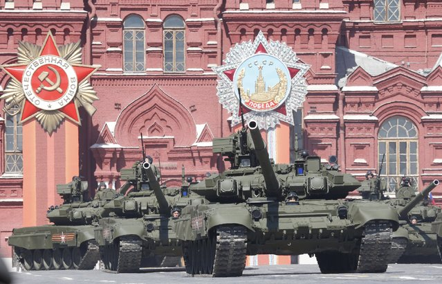 Russian servicemen drive T-90 tanks during a rehearsal for the Victory Day parade in Red Square in central Moscow, Russia, May 7, 2015. (Photo by Grigory Dukor/Reuters)