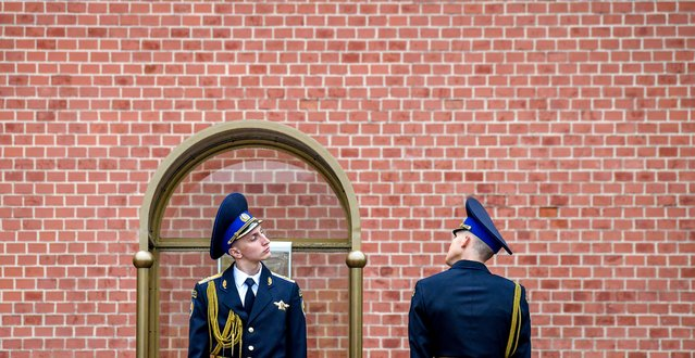 Russian honour guards attend the change of the guard ceremony at the Tomb of the Unknown Soldier in Moscow on May 9, 2019. - Russia celebrates the 74th anniversary of the victory over Nazi Germany. (Photo by Yuri Kadobnov/AFP Photo)