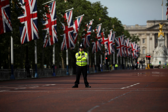 A policeman stands in the Mall decked out with Union Jack flags in London, Britain May 23, 2019. Europeans start voting on Thursday in four days of elections to the EU parliament that will influence not just Brussels policy for the next five years but, to some extent, the very future of the Union project itself. (Photo by Kevin Coombs/Reuters)