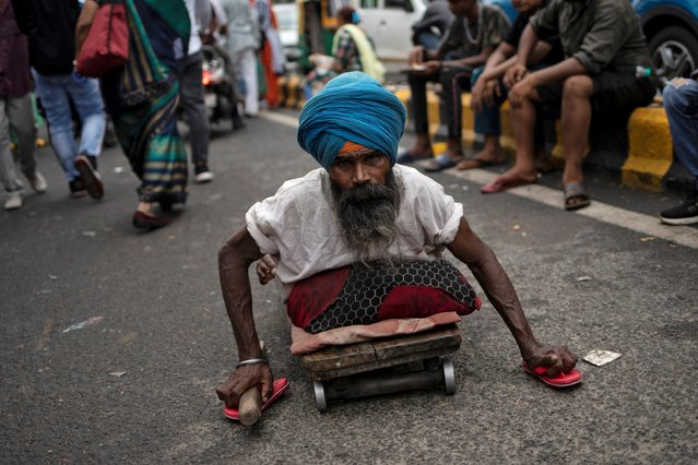 A disabled Sikh man asks for alms outside a Gurudwara or a Sikh temple, during celebrations for the birth anniversary of Guru Har Krishan, the eight Guru of the Sikhs, in New Delhi, July 26, 2019. (Photo by Danish Siddiqui/Reuters)