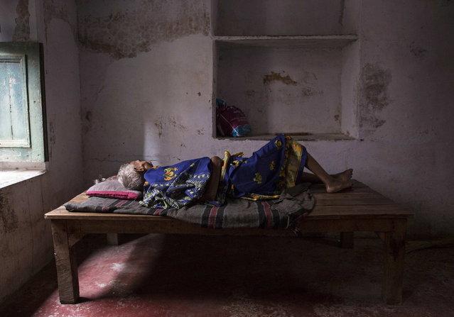 Munna Kuvar, 105, lies on a bed at Mukti Bhavan (Salvation House) in Varanasi, in the northern Indian state of Uttar Pradesh, June 18, 2014. (Photo by Danish Siddiqui/Reuters)