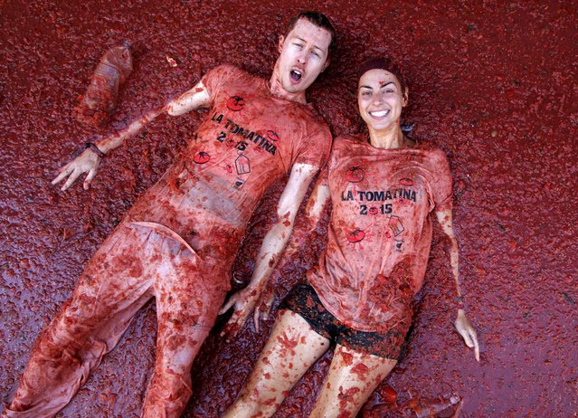 """Revelers lie in tomato pulp after the annual """"Tomatina"""" (tomato fight) in Bunol, near Valencia, Spain, August 26, 2015. (Photo by Heino Kalis/Reuters)"""