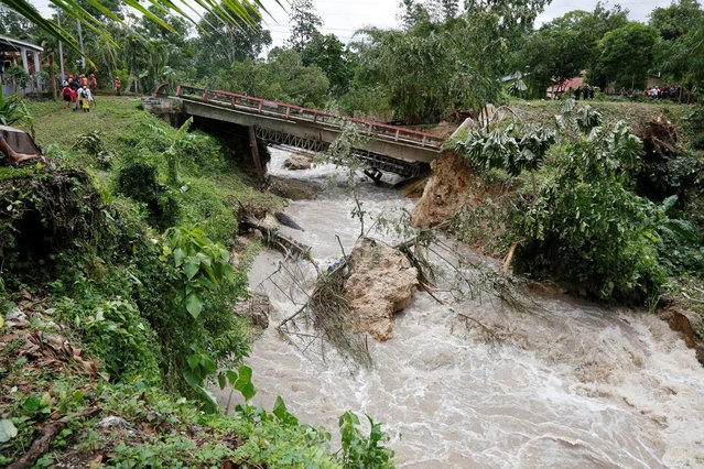 A bridge that collapsed after heavy rains brought by Hurricane Earl is seen at Menchor de Mencos, Guatemala, August 4, 2016. (Photo by Luis Echeverria/Reuters)