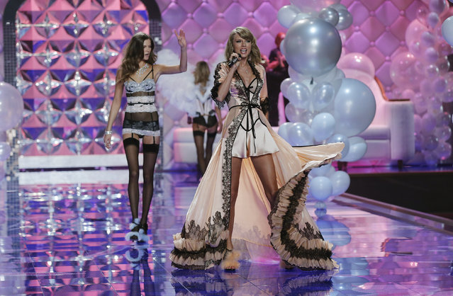 Singer Taylor Swift performs during the 2014 Victoria's Secret Fashion Show in London December 2, 2014. (Photo by Suzanne Plunkett/Reuters)