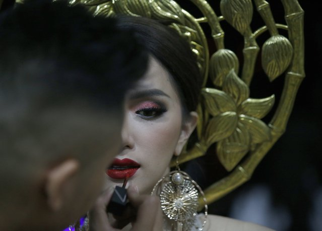 Contestant Nguyen Huong Giang of Vietnam (R) prepares backstage during the annual transgender beauty contest of Miss International Queen 2018 at Pattaya city, in Chonburi province, Thailand, 09 March 2018. (Photo by Narong Sangnak/EPA/EFE)