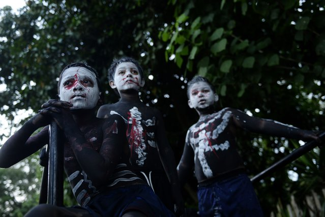 "Young revelers take part in a parade called ""La Calabiuza"" on November 1, 2015, on the eve of the Day of the Dead in Tonacatepeque, 20 kms (13 miles) north of San Salvador. During the celebration, the residents of Tonacatepeque, originally an indigenous community, recall the characters from the mythology of Cuscatlan -- pre-Columbian west and central regions of El Salvador -- and their dead relatives. (Photo by Marvin Recinos/AFP Photo)"