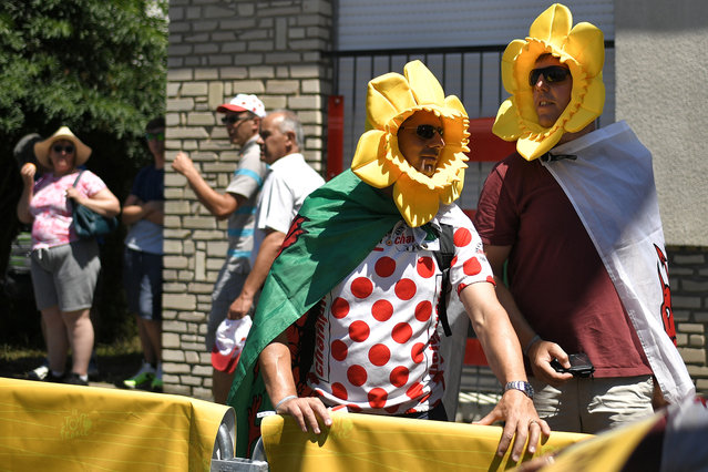 Spectators wait prior to the start of the third stage of the 105th edition of the Tour de France cycling race, a 35.5 km team time-trial around Cholet, western France, on July 9, 2018. (Photo by Marco Bertorello/AFP Photo)