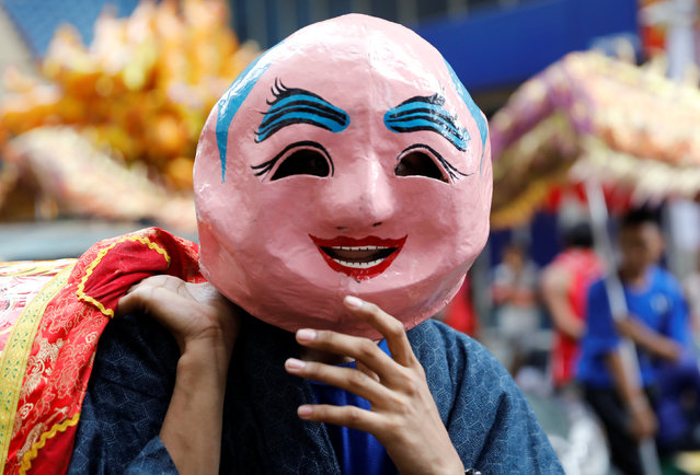 A resident wears a mask on the Lunar New Year eve in Manila's Chinatown, the Philippines January 27, 2017. (Photo by Erik De Castro/Reuters)