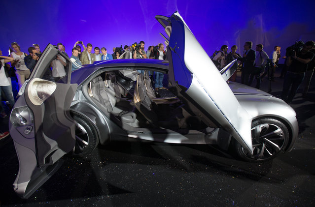 """Journalists surround the DS concept car """"Divine"""" during his unveiling in Velizy-Villacoublay, France Thursday, September 04, 2014. (Photo by Philippe Wojazer/Reuters)"""