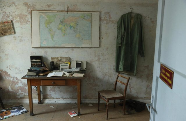 A map of the world in Russian hangs over a desk in the officers' building at the former Soviet military base on January 26, 2017 in Wuensdorf, Germany. (Photo by Sean Gallup/Getty Images)