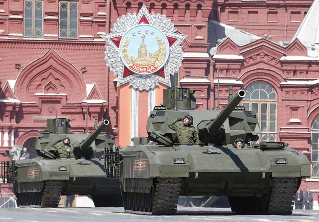 """Russian servicemen drive T-14 """"Armata"""" tanks during a rehearsal for the Victory Day parade in Red Square in central Moscow, Russia, May 7, 2015. (Photo by Grigory Dukor/Reuters)"""