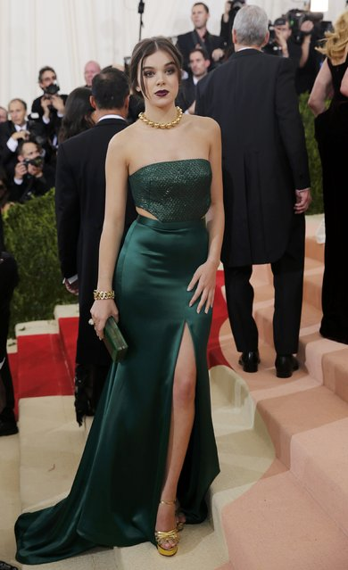 """Actress Hailee Steinfeld arrives at the Metropolitan Museum of Art Costume Institute Gala (Met Gala) to celebrate the opening of """"Manus x Machina: Fashion in an Age of Technology"""" in the Manhattan borough of New York, May 2, 2016. (Photo by Eduardo Munoz/Reuters)"""