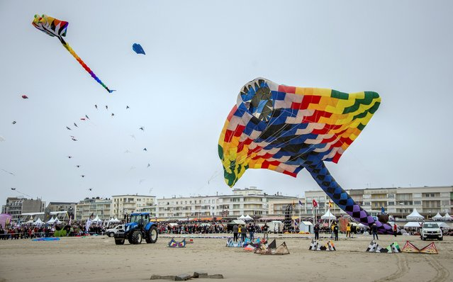 People fly kites in Berck-sur-Mer, northern France, on April 2, 2017 during the 31th International Kite Festival (Rencontres Internationales de Cerfs Volants), which runs from April 1 to April 9. (Photo by Philippe Huguen/AFP Photo)