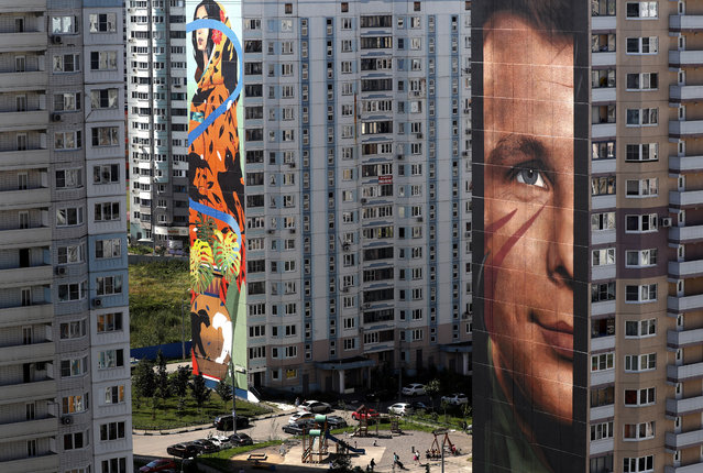 A view of a graffiti depicting Yuri Gagarin (R), the first man in space, created by Italian artist Jorit Agoch at Trehgorka district in Odintsovo, near Moscow, Russia, 20 August 2019, during the Mural-Art fest Urban Morphogenesis in which 60 artists from Russia, Spain, Germany, Japan, Australia, England, France, Brazil, Canada, Indonesia, Hungary, Bulgaria, Mexico, Thailand, Italy, Portugal, Argentina, USA, China and Switzerland participate. The festival runs from 01 to 31 August. (Photo by Maxim Shipenkov/EPA/EFE)