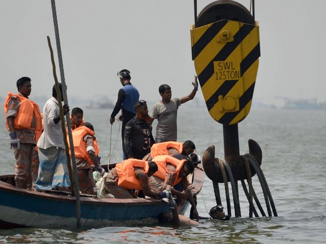 Bangladeshi rescue workers retrieve a body from a capsized ferry on the river Meghna in Munshiganj district. (Photo by Munir Uz Zaman/AFP Photo)