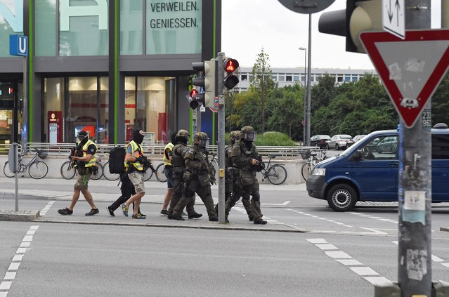Special police forces approach the scene of a shooting at a shopping centre in Munich, Germany, 22 July 2016. (Photo by Felix Hoerhager/EPA)