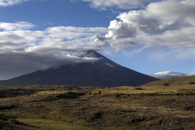 The Cotopaxi volcano, one of the world's highest active volcanoes, spews smoke as seen from El Pedregal, Ecuador, October 22, 2015. Ecuadorian authorities are monitoring activity at Cotopaxi volcano, which prompted Ecuador's President Rafael Correa to maintain a yellow alert for eruptions as bursts of ash keep spewing from the snow-encircled crater of the volcano and falling in gusts on residential communities. (Photo by Guillermo Granja/Reuters)