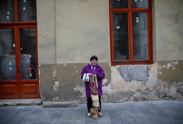 An old woman sells a shawl in central Lviv, Ukraine, October 20, 2016. Picture taken October 20, 2016. (Photo by Gleb Garanich/Reuters)