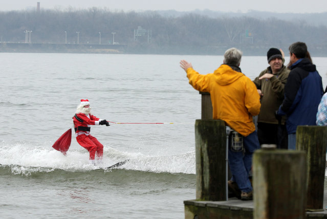 The 'Water-Skiing Santa and his Kneeboarding Reindeer' stage their 31st annual Christmas Eve performance on the Potomac River in Alexandria, Virginia, U.S., December 24, 2016. (Photo by Joshua Roberts/Reuters)
